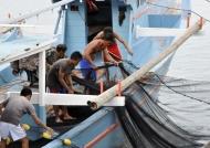 Fishermen preparing the net