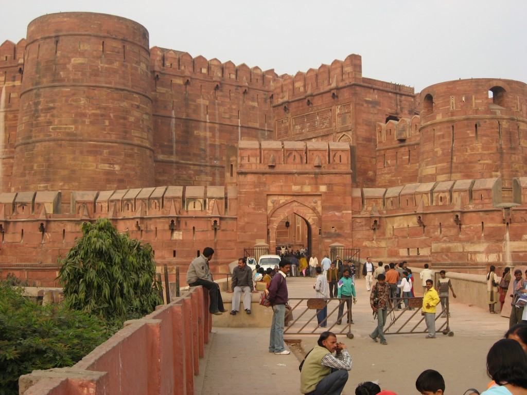 fort agra Agra fort is located on the bank of the yamuna river, about 2 km from the taj mahal red fort was built by akbar.