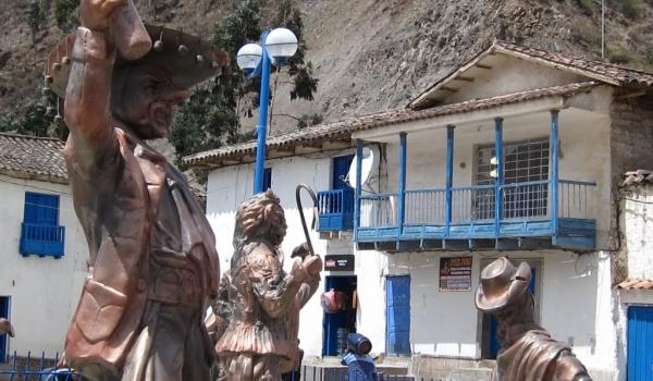 Paucartambo – Sculptures in a square