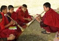 Monks playing Lingm